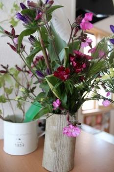 栗の木の花入れと野の花
