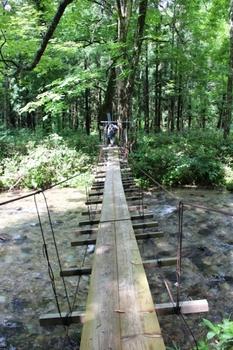 真昼岳登山道・本内川にかかるつり橋