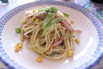 ハムとアスパラとコーンと枝豆の小豆島オリーブペーストパスタ